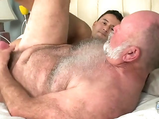 Big Cock,bear,latino,gay bareback,blow job,Old+Young,gay Daddy,dad,lad,without a condom,HD Videos,Hatingthelord,gay My First Daddy -...